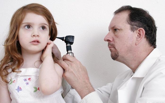 male-doctor-looking-in-girls-ear